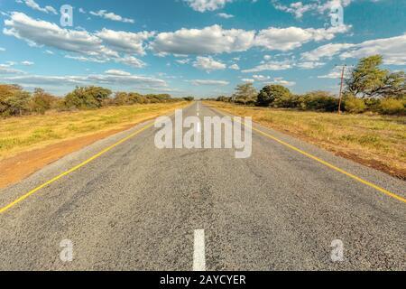 Camino interminable con el cielo azul