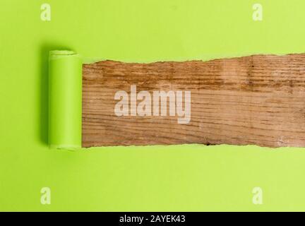 El cartón está rasgado en el medio colocado sobre una mesa clásica de madera. Papel grueso rasgado sobre un fondo de madera texturizada. Wa artístico