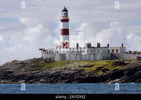 El faro alto, rojo y blanco rayado de las Glas Eilean, Scalpay, del mar, las Western Islands, Escocia Foto de stock
