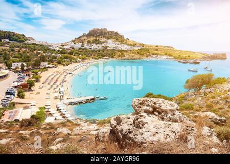 Idílico paisaje paradisíaco de la ciudad turística de Lindos en la isla de Rodas, Grecia. El concepto de vacaciones en los trópicos y ciudades históricas