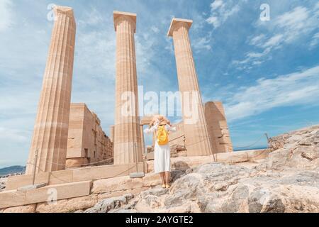 Viaje por lugares de interés y sitios arqueológicos. Gran vista de las ruinas de la Acrópolis en Lindos en la isla de Rodas.