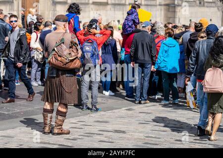 Edimburgo, Escocia, 18 de agosto 2019.el vestido tradicional masculino de Escocia consiste en un kilt, un sporran, un dubh sgian un cuchillo pequeño, un solo filo, un