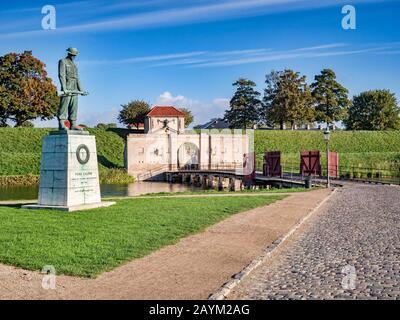 23 de septiembre de 2018: Copenhague, Dinamarca - el Memorial de la Guerra a la entrada de Kastellet, una fortaleza del siglo XVII que sigue siendo un ejército activo...