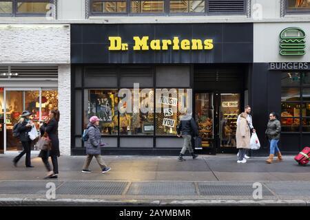 Una Tienda De Zapatos Dr Martens En Nueva York Fotografía De Stock Alamy