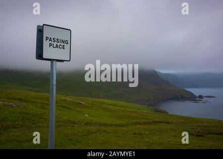 Una señal De Carretera De Paso, situada cerca del faro de Neist Point en Waterstein, Glendale, la isla de Skye, Escocia durante una velada foggy. Foto de stock