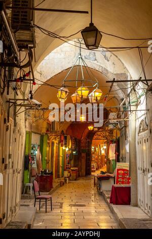 Escenas callejeras en el mercado de la ciudad vieja de Jerusalén cerca del Muro Occidental que separa la ciudad por la religión.