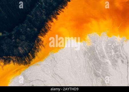 Vista en aviones teledirigidos de la corriente de agua contaminada y tóxica en Geamana, Rumania Foto de stock