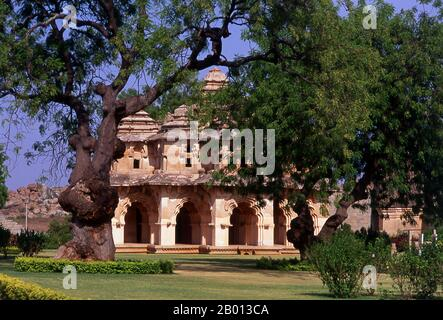 India: Lotus Mahal, Enclosure de Zenana, Hampi, estado de Karnataka. El Lotus Mahal es una construcción del período Vijayanagara posterior y muestra la influencia islámica en sus puertas arqueadas y techos abovedados. El Enclosure Zenana es un complejo amurallado que originalmente albergaba a las mujeres de la familia real. Hampi es un pueblo en el estado de Karnataka. Se encuentra dentro de las ruinas de Vijayanagara, la antigua capital del Imperio Vijayanagara. Antes de la ciudad de Vijayanagara, sigue siendo un importante centro religioso, que alberga el Templo de Virupaksha, así como varios otros monumentos.