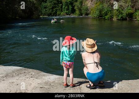 Pasando el tiempo en el North Santiam River, Oregon. Foto de stock