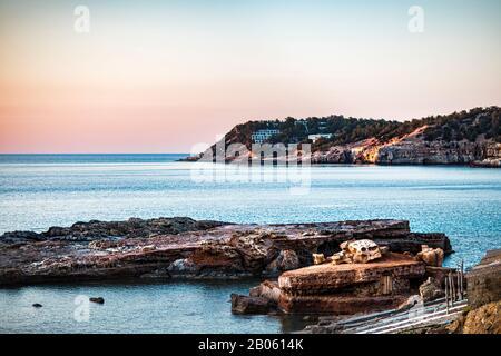 Icónica puesta de sol en la bahía cerca de Portinatx, Ibiza, Islas Baleares, España