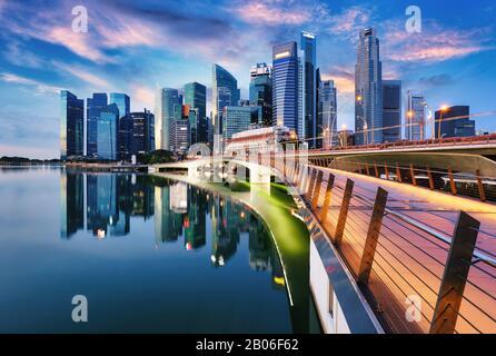 Perfil de la ciudad de Singapur al atardecer con puente