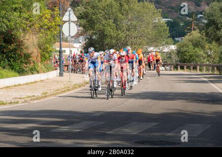 19 de febrero de 2020 - Ciclistas que participan en la primera etapa de la 46ª carrera Volta ao Algarve, Portimao - Lagos, Portugal