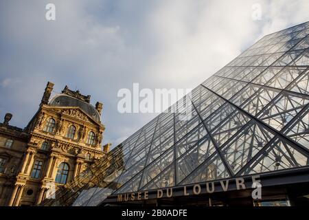 Las famosas pirámides de vidrio en la entrada del Louvre en París.