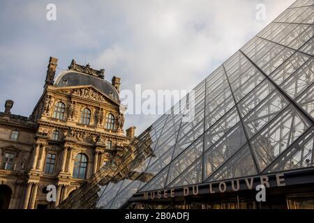 La famosa pirámide de cristal en la entrada del Louvre en París.