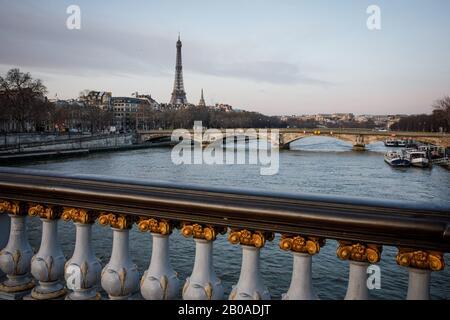 La Torre Eiffel vista desde un puente sobre el Sena en París, Francia