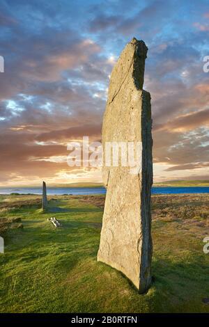 El anillo de Brodgar ( circa 2,500 a circa 2,000 AC) es un henge neolítico y un círculo o henge de piedra, el más grande y más fino círculos de piedra en el Brit