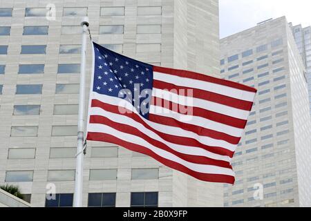 Bandera americana que vuela en el viento, centro de Miami, Florida, EE.UU.,