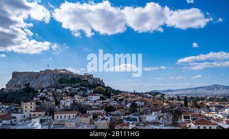 Grecia. Vista aérea de Atenas. Paisaje urbano con la colina de la Acrópolis y el templo del Partenón, día soleado, cielo azul