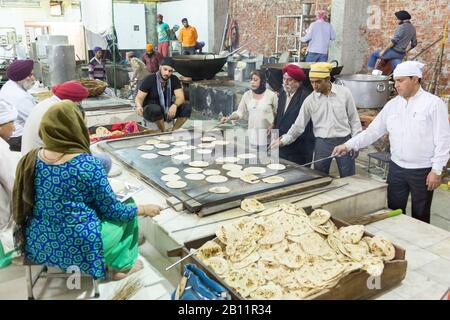 Cocina comercial en Bangla Sahib Gurudwara, el santuario más grande de Sikh en Delhi, India Foto de stock