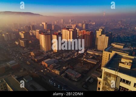 Ulan Bator al amanecer con el smog, Mongolia