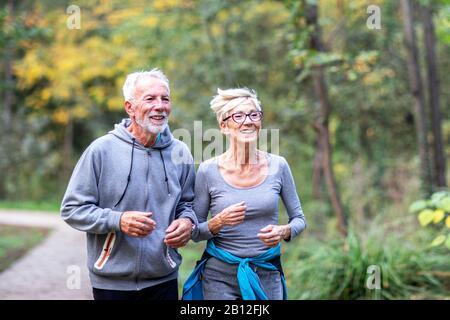 Pareja hombre y mujer jogging en el parque