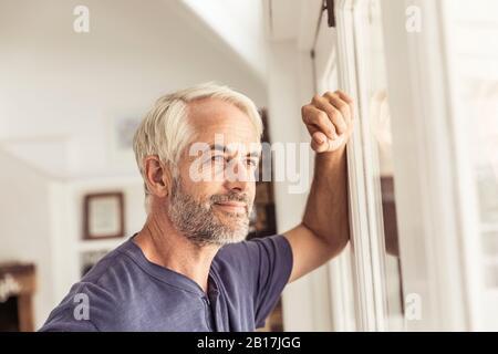 Retrato de un hombre maduro mirando por la ventana