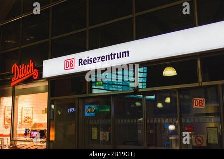 Mainz, Alemania 28 de enero de 2020 tiendas de señalización en la estación de tren local por la noche. Foto de stock