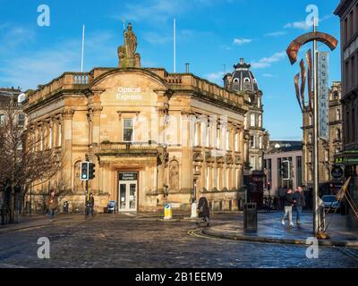 Sunlit antiguo edificio del Banco Clydesdale en High Street en Dundee, Escocia