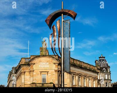 El antiguo edificio del banco Clydesdale Bank, coronado por la estatua de Britannia y la bandera de Castle Hill en High Street Dundee Scotland
