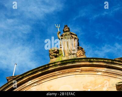 Estatua de Britannia en el antiguo edificio de Clydesdale Bank en High Street Dundee Scotland