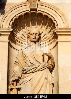 Detalle de la estatua de la Justicia con su espada en el antiguo edificio de Clydesdale Bank High Street Dundee Scotland