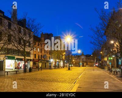 High Street y el antiguo edificio del banco Clydesdale Bank al atardecer en Dundee, Escocia