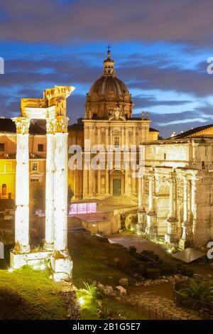 Vista de las ruinas de Fori Imperiali desde el Campidoglio al amanecer. Roma, Barrio De Roma, Lazio, Europa, Italia.