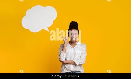 Mujer Feliz Teniendo Idea, Posando Con Burbuja De Habla Vacía Sobre La Cabeza Foto de stock