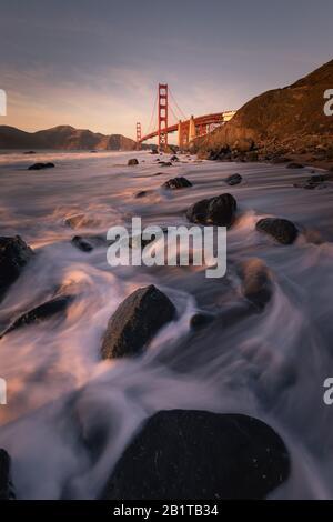 Vista desde el puente Golden Gate en Marshall's Beach en San Francisco, California, Estados Unidos. Foto de stock