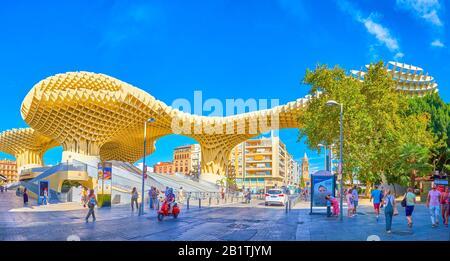 Sevilla, ESPAÑA - 1 DE OCTUBRE de 2019: La famosa construcción moderna Metropol Parasol situado en el centro de la ciudad entre edificios residenciales, 1 de octubre en Sev