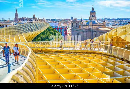 Sevilla, ESPAÑA - 1 DE OCTUBRE de 2019: Elevación del techo de Metropol Parasol tiene una buena oportunidad para caminar a lo largo del puente peatonal con grandes miradores en su