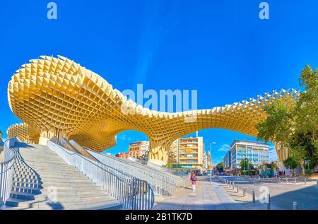 Sevilla, ESPAÑA - 1 DE OCTUBRE de 2019: El gigante Metropol Parasol es una de las construcciones modernas más impresionantes del barrio histórico de los alrededores