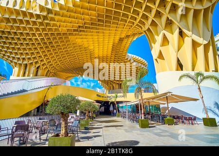Sevilla, ESPAÑA - 1 DE OCTUBRE de 2019: La entrada al restaurante del complejo Metropol Parasol con las terrazas al aire libre en la planta baja, el mes de octubre