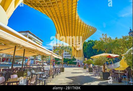 Sevilla, ESPAÑA - 1 DE OCTUBRE de 2019: La terraza al aire libre del restaurante en una acogedora plaza bajo la construcción Metropol Parasol, el 1 de octubre en Sevilla