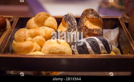 Surtido de panadería en fondo de caja de madera. Granja Pan Recién Horneado Variedad de tostadas, Alimento Básico de ingrediente orgánico natural, saludable Americ