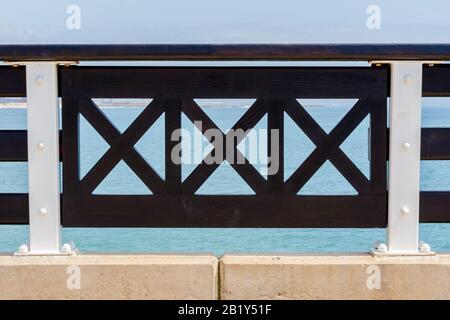 Port ELIZABETH, SUDÁFRICA - FEBRERO 01 2020: Resumen de cerca vista del pasamanos en el balcón en Shark Rock Pier en Port Elizabeth beach - Close up o Foto de stock