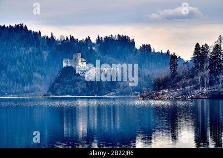 Hermosa vista panorámica al Castillo de Niedzica, también conocido como Castillo de Dunajec, situado en la parte más meridional de Polonia en Niedzica, condado de Nowy Targ