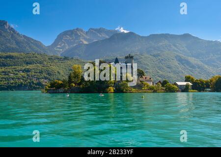 Château de Duingt situado en una pequeña isla en el lago de Annecy conectado por una calzada a la tierra firme en el pueblo de Duingt, Francia.