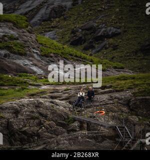 Escocia, REINO UNIDO - 30 DE MAYO de 2019: Viajeros contra la hermosa naturaleza escocesa.