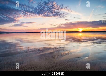 Romántica puesta de sol sobre la playa North Devon, costa, costa, arena, mar, vida costera, estilo de vida, suroeste, costa, impresionante, espectacular, Reino Unido