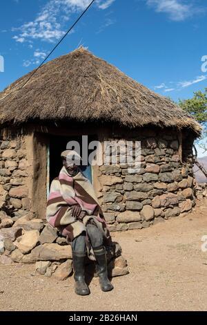 Hombre basotho en su cabaña, Lesotho Foto de stock