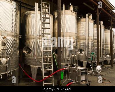 Vats de acero inoxidable que contienen vino fermentante en la bodega Ktima Gerolemo Omodos Cyprus productor de rosa blanca roja y blanco dulce y RE
