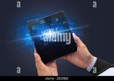 Empresario sosteniendo un smartphone plegable con Mobile Security inscripción, concepto de seguridad cibernética