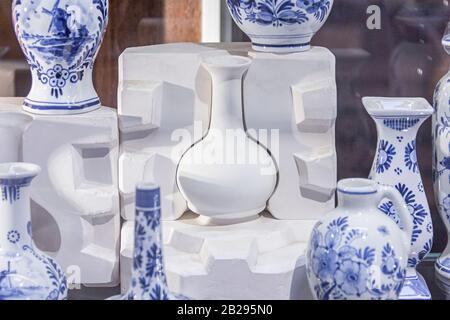 caja de moldeado para la fabricación de encapsulados una cerámica de arte tradicional de porcelana azul, taller, herramientas, forma de molde, loza sin terminar y terminada